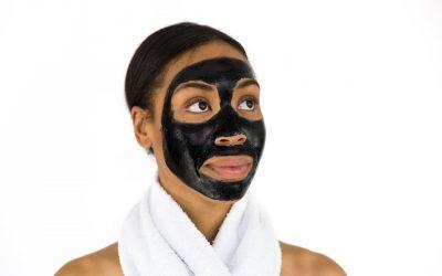 Femeia cu masca pe față