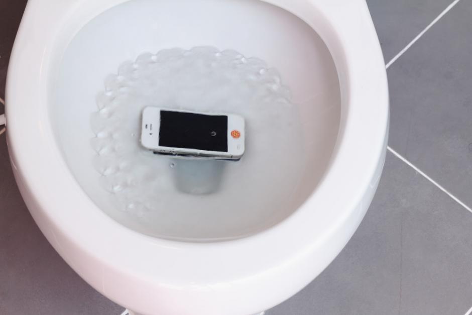 Ce faci dacă îți scapi telefonul în WC, ca mine
