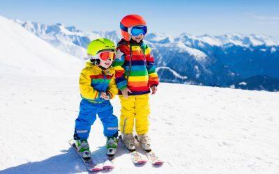 Cum învățăm copiii să schieze din sufragerie?
