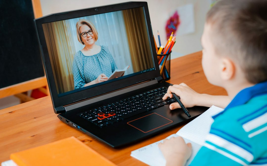 Din clasă în ecranul computerului – Care este experiența profesorilor cu școala online? (interviul 2, cu Ramona Cloșcă)