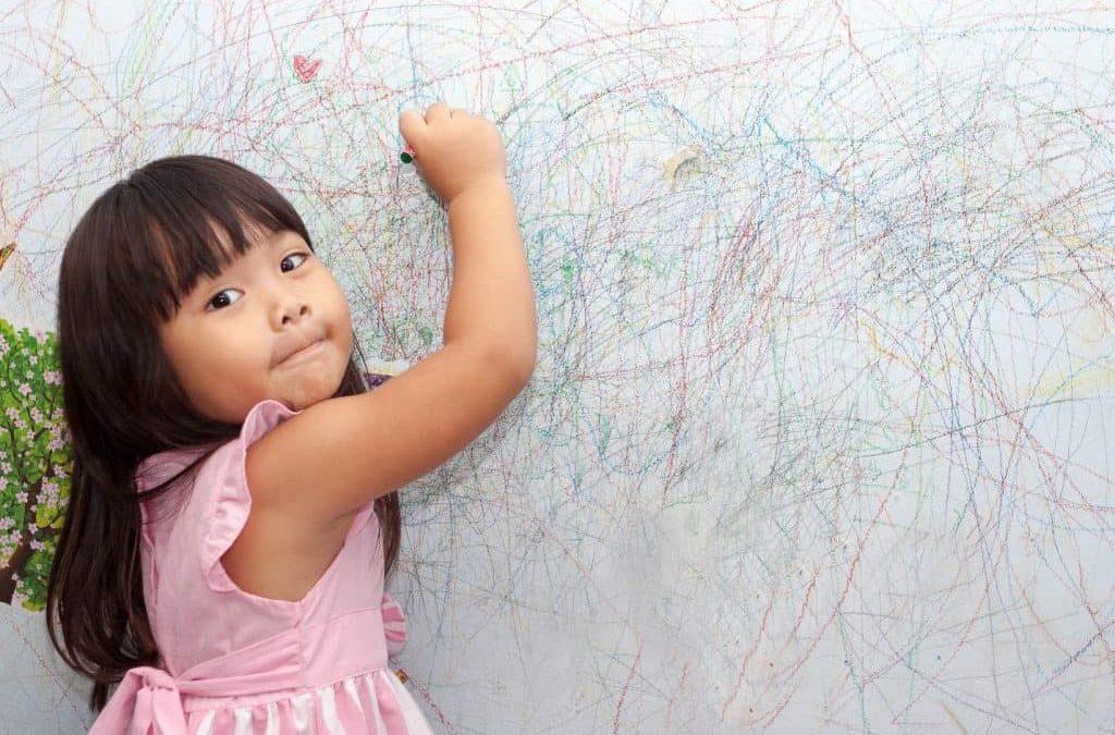 Ce faci atunci când copilul desenează pe pereți?